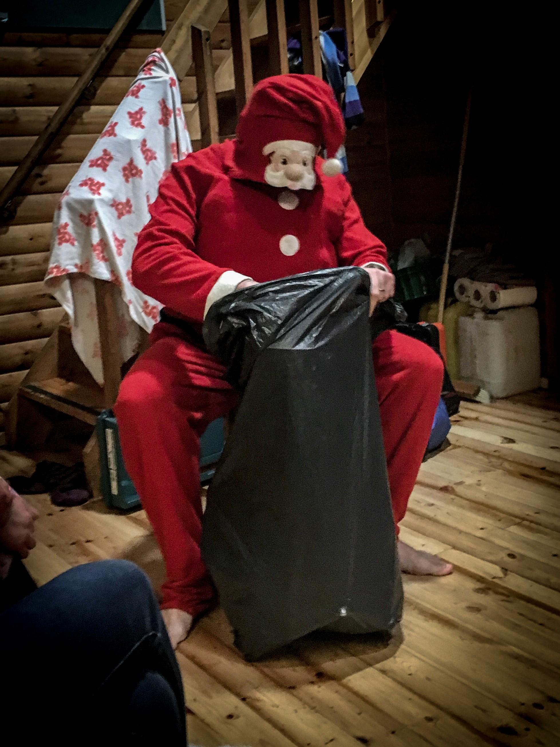 Joulupukki jakoi lahjoja